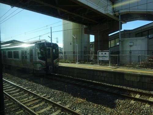 亘理駅。<br />仙台行き電車とすれ違い。<br />