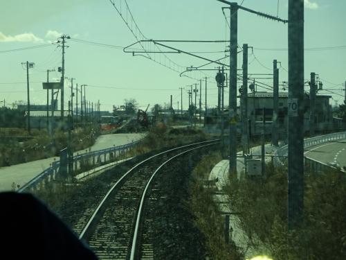 浜吉田駅を出発。<br />ここから先が震災復旧にあたって線路を内陸に移設した区間。<br /><br />元々の線路はここをまっすぐ向かっていた。