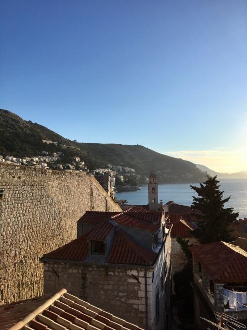 〈8:25〉~お天気カメラAより~<br />城壁とドミニコ会修道院の鐘楼です。