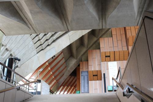 独特のデザインの外観と、内部の構造物は、なんとそれぞれが独立しており、つながっていないんです!