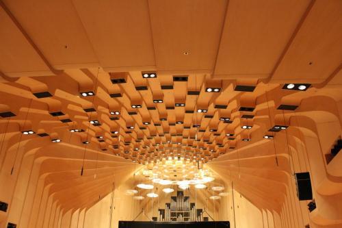 音響効果を考慮した内部はとても広くて木のぬくもりを感じます。