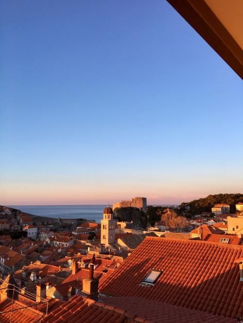 〈7:40〉 ~お天気カメラDより~<br />日の出の少し後。オレンジの屋根に朝日が当たり、きれいでした☆彡