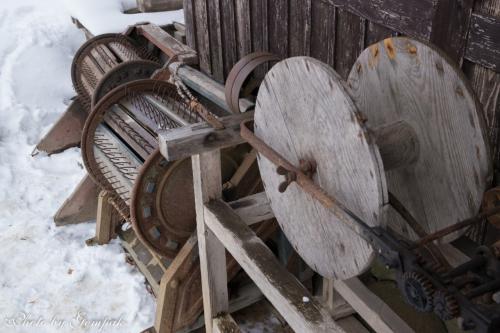 足踏み式脱穀機。これなどは、昭和30年代まで使われていた。事実、玄白の子供のころ、我が家の納屋にあった。