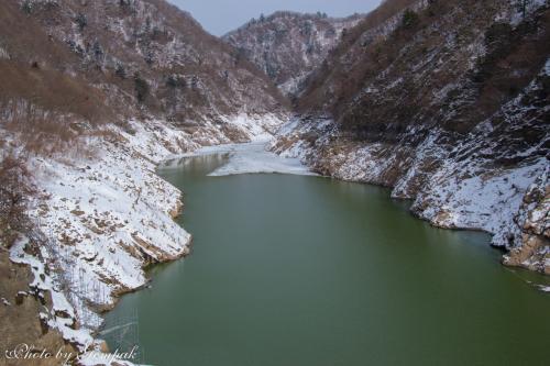 そのため、ダムの水が抜かれ、五十里湖の湖底があらわになっている。ダムのすぐ後ろはさすがに若干の水は溜まっているが・・・