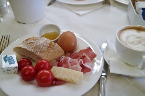 パルミジャーノ・レッジャーノが美味しい☆<br /><br />明日の朝は、出発時刻が早すぎて、朝ごはんが食べられないのが残念...(涙;)