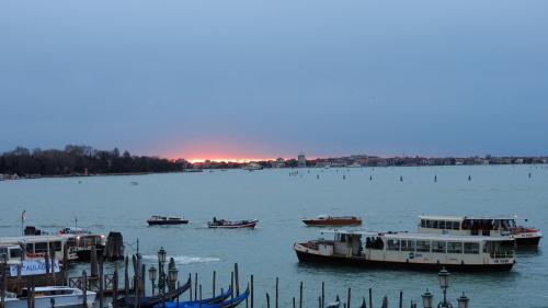 12月29日の朝!東の空がうっすらと赤くなり始めました...<br /><br />