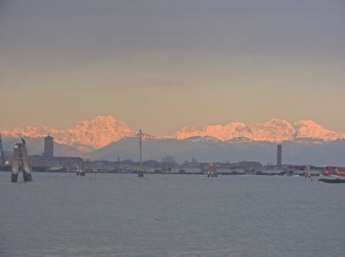 望遠で遠くを見ると、雪山が...!!!<br /><br />