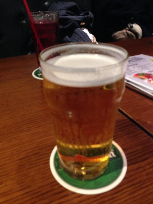 まずは、ハッピーアワーなのでビールを。<br /><br />でかい