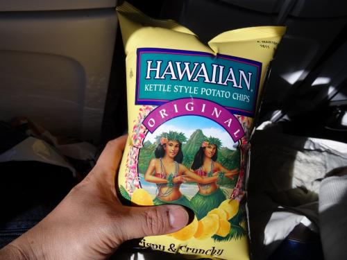 アラスカ航空は機内食は出ない。<br /><br />きっとお腹すくだろうと空港内でいろいろ見たが、今一つピンとこない。<br /><br /><br />結局、今回の旅行のもう一つの候補地だったハワイ関連のこれ。<br /><br />もう破裂しそうだったから開けた。<br /><br /><br /><br />このポテチ、いろいろ種類があったが、もっともシンプルな味のこれにした。<br /><br />正解だった。