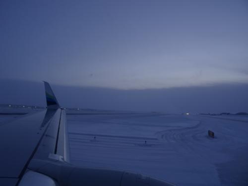着陸しました。<br /><br /><br /><br /><br />アラスカです。<br /><br /><br />何もかも凍りついているッて感じ。