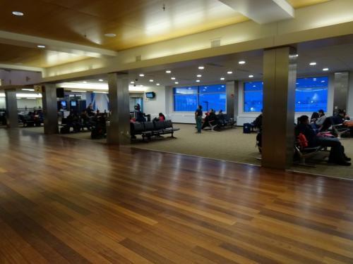 フェアバンクス国際空港。<br /><br />いままでアメリカの空港は乗り継ぎのためのハブ空港ばかりしか行ってなかったので、でっかい空港ばかりだったけど、地方都市の空港はやはりこじんまりしている。