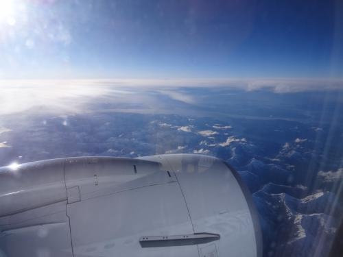 シアトルは雨だったけど、雲の上は当たり前だが日差しがまぶしい。<br /><br />モニターなしの状況で、カナダを縦断。<br /><br />4時間のフライト。<br /><br /><br />結局フライトの半分以上寝ていた。