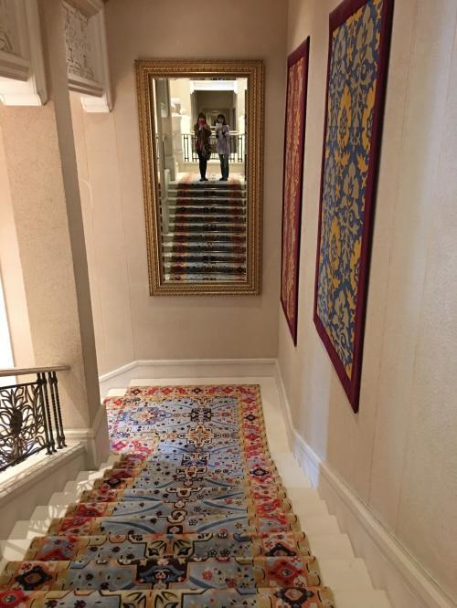 さぁ楽しみにしていた朝食😊<br />こんな素敵な階段を降りるとレストランです。