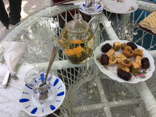 地元のお茶とスィーツにしてみました。