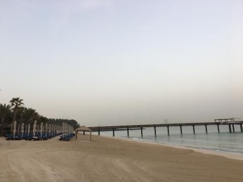 ビーチへ到着し左を向いても‥延々とプライベートビーチ!<br />たくさんのパラソル・チェアが並んでいます。