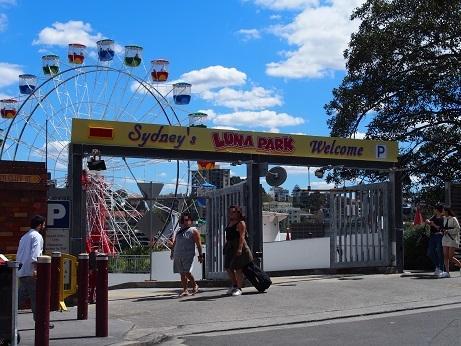続いて「Luna Park Sydney」(ルナ・パーク・シドニー)<br /><br />ハーバー・ブリッジ北側のたもとにあるノスタルジックな<br />雰囲気の遊園地。<br />