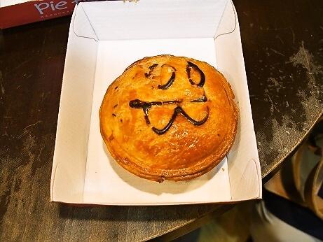サーキュラー・キーに着いてからはウィンヤード駅に<br />入っているコールスに行きました。<br />夜には荷造りをする為、買い物を終わらせないといけないのです。<br />そして母と妹のお腹が空いたのと休憩も兼ねて、近くにあった<br />「Pie Face」(パイ・フェイス)へ。<br /><br />母が頼んだ「Steak&Mushroom」($5.50)