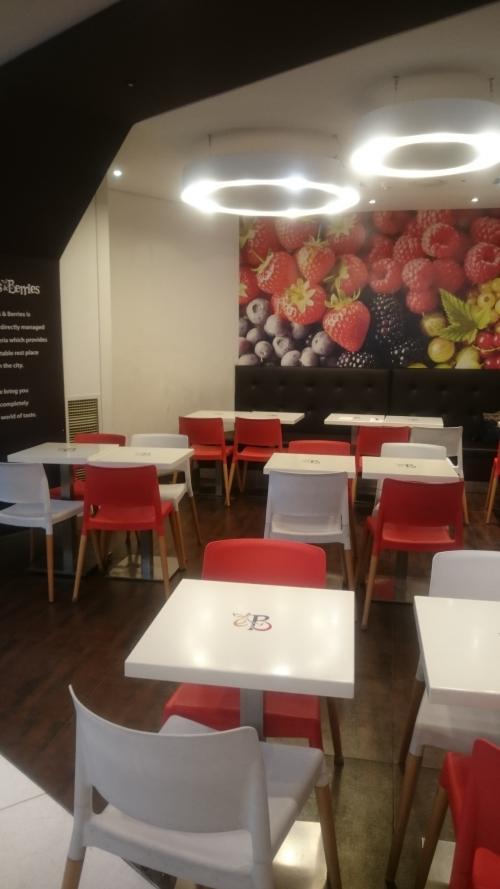 店内は赤白のテーブルといすで清潔感出てます。<br />お客さんのいないエリアを撮ってみました。<br />私のいた10時前は、がらがらって訳では無く、所々にお客さんがいて1人客多めでした。
