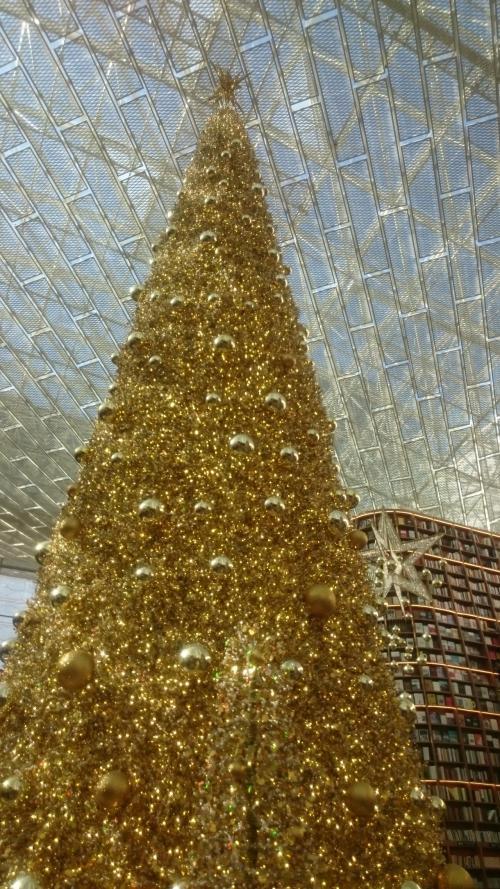 イベントの途中のお買物TIMEで立ち寄ったCOEXモールにある<br />「ピョルダマン図書館」<br />一度見てみたかったんです。<br />想像してた以上に大きい図書館でした。<br />大きなツリーがキラキラしています。
