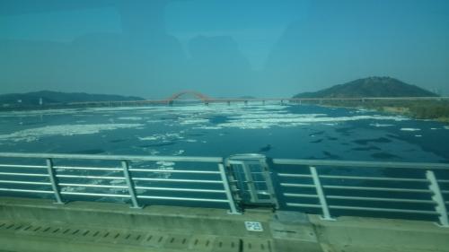 なんとか間に合いました(^_^.)<br />こんなに走ったの久しぶりです。<br />外の景色を見る余裕が出てきて・・川が少し凍ってました。<br />東京も雪が降ったり寒かったけれど、ソウルは相当寒かったです。<br />川も凍る寒さだったんだなぁとしみじみ。