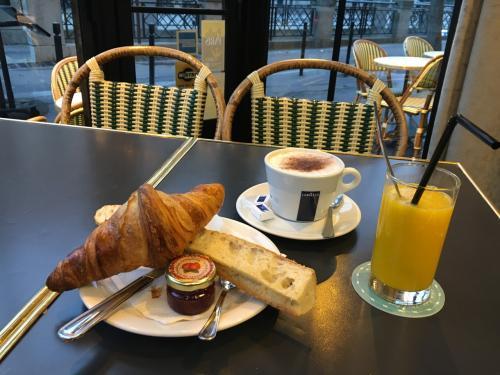 またもやクロワッサン。でもフランスのクロワッサンはどこで食べてもおいしいな。朝食のセットで12ユーロほど。このあと、ノートルダム大聖堂の塔入場時間指定券を発券しにいきました。9:15ちょうどに行って、10:00入場の券をゲット!