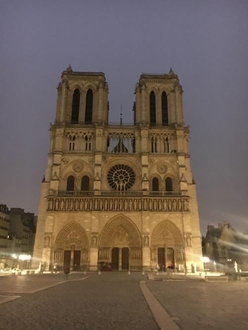 ノートルダム大聖堂。8:00から内部見学ができるので、入ります。