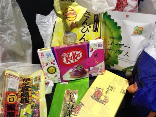 どれも安い沖縄のお土産<br />黒糖<br />ゴーヤチップス<br />ちんすこう<br />さんぴん茶<br />緑茶<br />全部激安でひとつ300円しないかな。キットカットは高いけど、ちんすこうは安くておいしい。