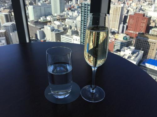 SPGプラチナギフトはハーフスパークリングワインだそうですが、クラブラウンジオープンの間はいつでもワイン、スパークリングワイン、ビールがありますとしっかり教えてくださるのでポイントにし、スパークリングワイン堪能。