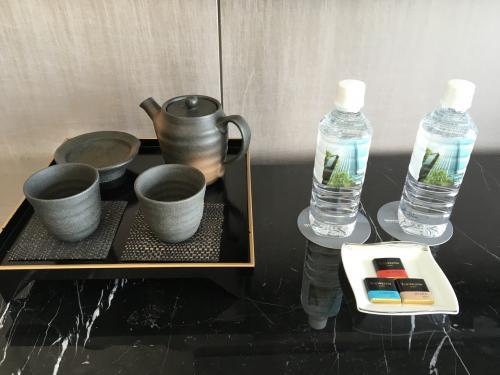 茶器がここは日本だなって。お水やチョコもありました。