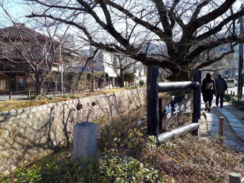 今回の起点は銀閣寺。京都駅9時30分の17番のバスで出発し10時くらいに到着。<br />銀閣寺道という白川通のところで降りて、東へ歩いて行きます。