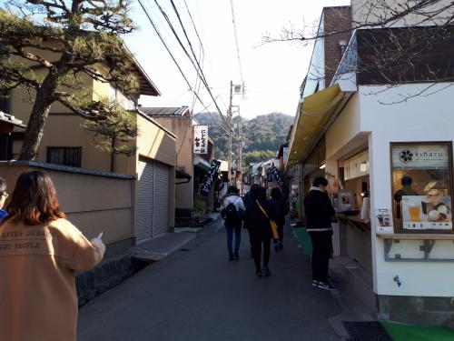 銀閣寺の参道に入ります。