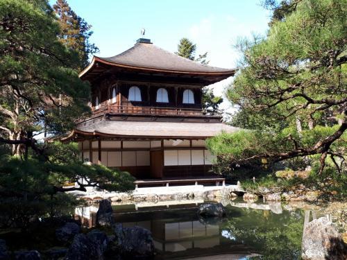 観音殿の銀閣。<br />唐様仏殿とか日本史で覚えた・・<br />アーチ形の2階の窓、花頭窓が印象的
