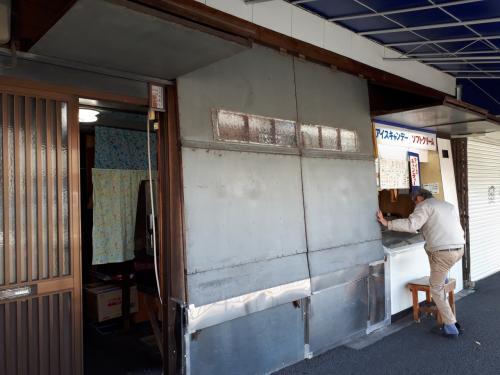 11時になりました。<br />白川通の銀閣寺キャンディー店が開店。