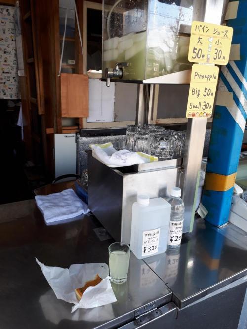 パインジュース小30円と大判焼き120円でおやつ。<br />パインジュースはコップで出されて立ち飲みジューススタンド