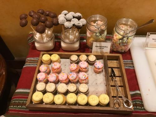可愛いカップケーキやチョコなど、デザートも用意されてましたよ♪