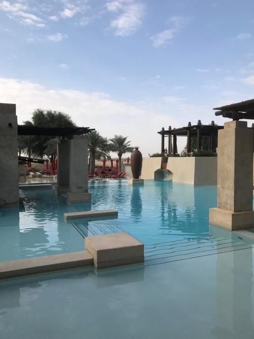 チェックアウトまでのひととき、プールへGO!<br /><br />温水だけど、ちょっと冷んやりします。<br />大小さまざまなプールがあるんですが、砂漠とのコントラストもこれまた素敵です(^^)<br />