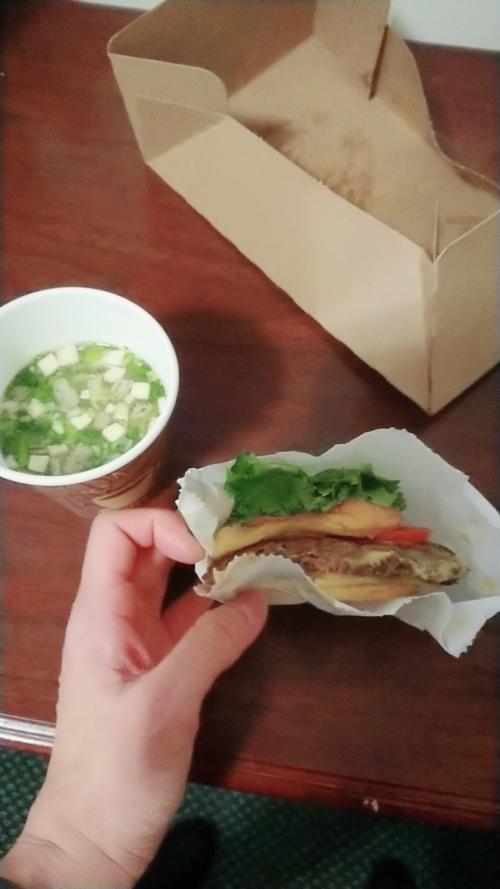 昨日かったシェイクシャックのハンバーガー温めて味噌汁。温めると味が落ちるが、それでも美味しい