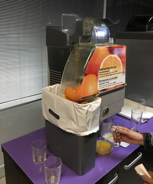 オレンジからオレンジジュースを作るマシーンがある
