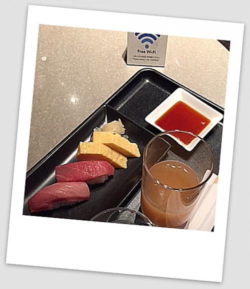 【帰りの便の成田空港第2ターミナル】<br /><br />一応、とんかつ喰らったばかりだけれど.....お決まりの(最後)寿司だけは、口に放り込む....まずは下階のFラウンジにて。<br /><br />PS)<br />ところで、JALラウンジの「マッサージ」サービスが、消滅していた....昨年の10月から無くなってしまったそう~。今は、電動式のマッサージイスだけ。