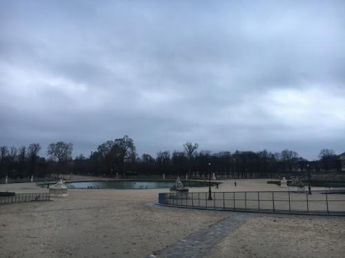 コンコルド駅で降りて、チュイルリー公園近くを歩きます。