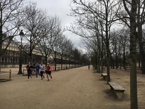 さて、オランジュリー美術館をあとにして、チュイルリー公園を横切ります。ランナーがたくさんいます。