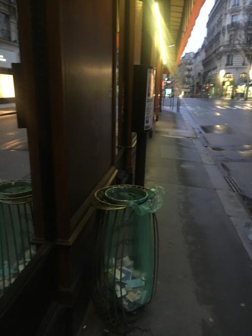 パリの街は日本に比べてゴミ箱が多く設置されている気がします。