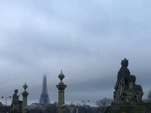 エッフェル塔のてっぺんが雲で隠れています。