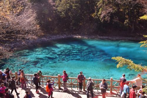 五彩池:透き通る青色は九寨溝でもここだけ