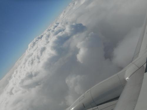 嫌な予感が・・・・<br />到着予定時刻になっても雲の上をグルグル<br />さっきからずーーーーっと同じところをグルグルグルグル<br /><br />機長よりアナウンスが・・・・<br />天候回復まで旋回飛行続けましたが<br />回復の見込みナシー!<br />着陸はムリー!