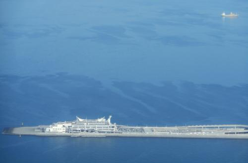 東京湾に浮かぶパーキングエリア『海ほたる』が見えます
