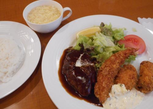 機内サービスの飴玉1個とコーヒーとお茶だけだったので、<br />お腹ペコペコです!<br /><br />15時に浜松町駅でお昼ごはん<br />悔しいので1番高いランチセットヽ(*´∀`)ノ
