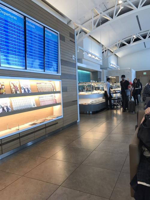 さくらレンタカーからLAXまで送ってもらいました。<br />ここ2年ほど毎年、LAXのターミナル4を使っていて<br />保安検査の混雑がひどかったのですが、<br />今回は拍子抜けするほど、空いていました。<br />お昼過ぎは空いているのかしら?<br /><br />アメリカン航空のラウンジへ。<br />入口で、インビテーションのカードをもらったのですが<br />なんだったんでしょうか?<br />上に行ったら、日本人のスタッフさんが「こちらへ」と案内してくれましたが<br />いつも来ているラウンジなのです。<br />ただ、ランチの時間なのでお食事どうぞと言ってくれました。<br /><br />アメリカン航空のラウンジは、いつも飲み物くらいしかないのに。<br />