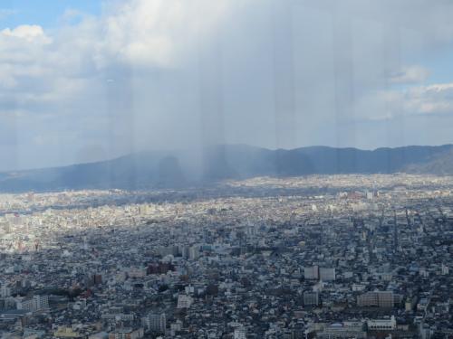雨が降っているような雲と霧のようなのが景色をカゲロウのようなので何か雨が降っているような