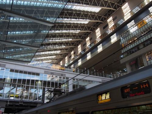 まずは、JRで大阪駅に出ます。